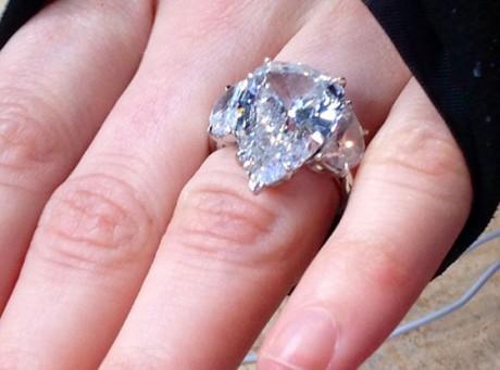 Avril Lavigne Showcases 14Carat Diamond Engagement Ring
