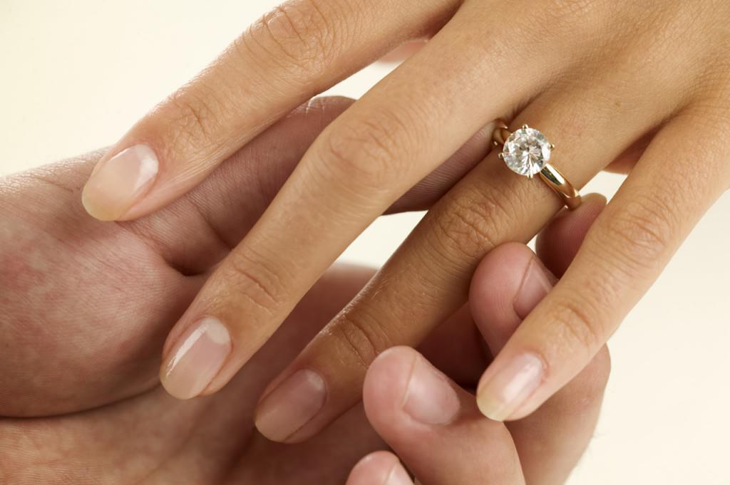 how to wear a wedding ring set the right way - Wedding Rings On Hands